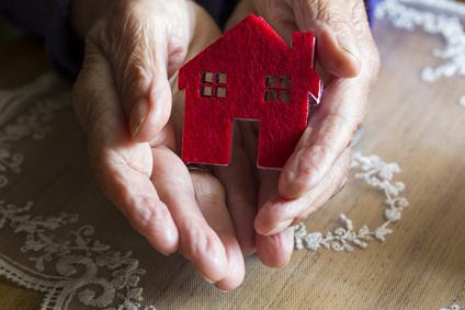 Mains personnes âgées + maison